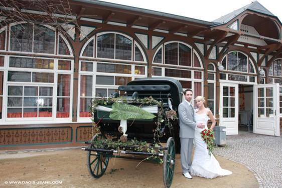 08_Hochzeitspaar vor dem Dr.-Tolberg-Saal©dagis-mode.de.jpg