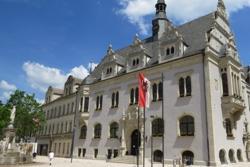 Schönebecker Marktplatz mit Rathaus und Brunnen
